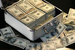 Ein Koffer voller Dollarnoten
